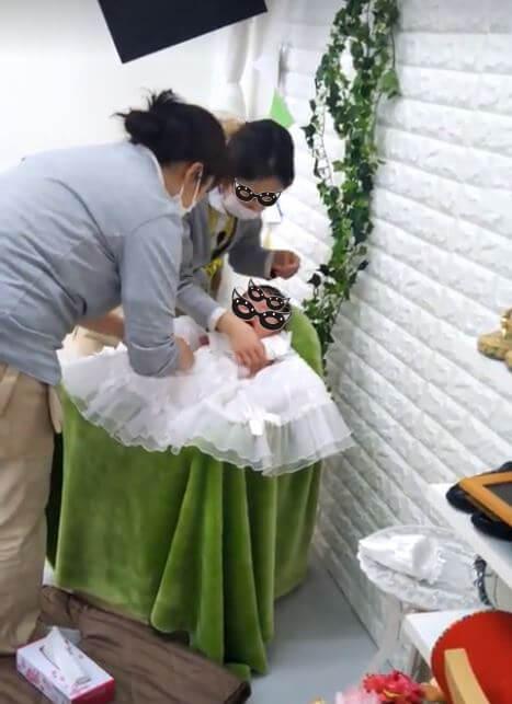 スタジオマリオ お宮参り写真ベビードレスで笑顔
