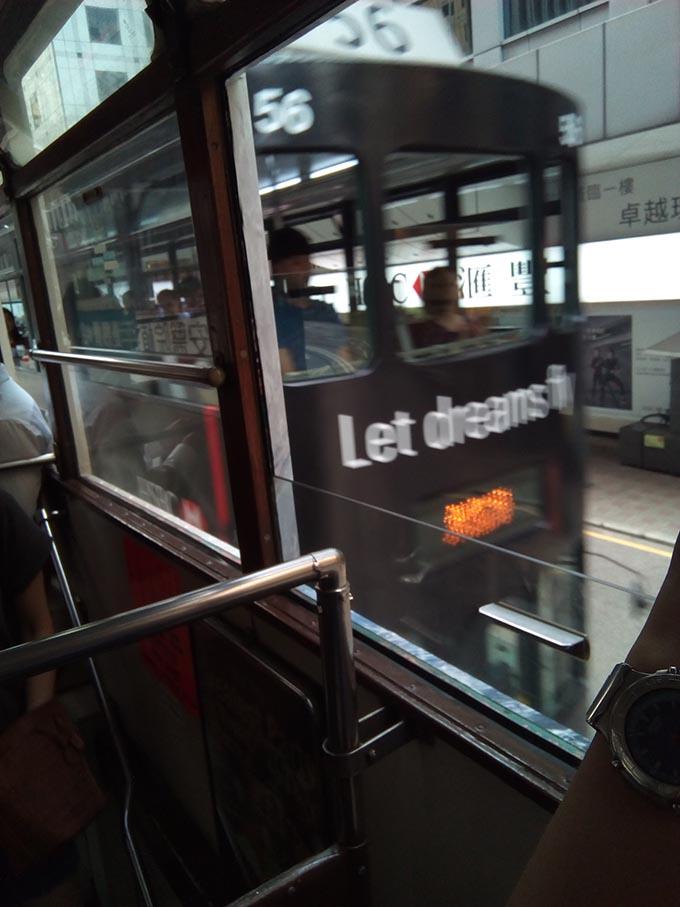 香港トラムに夫婦で乗車車内から