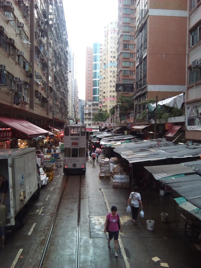 香港へ夫婦旅行 トラム社内からの風景