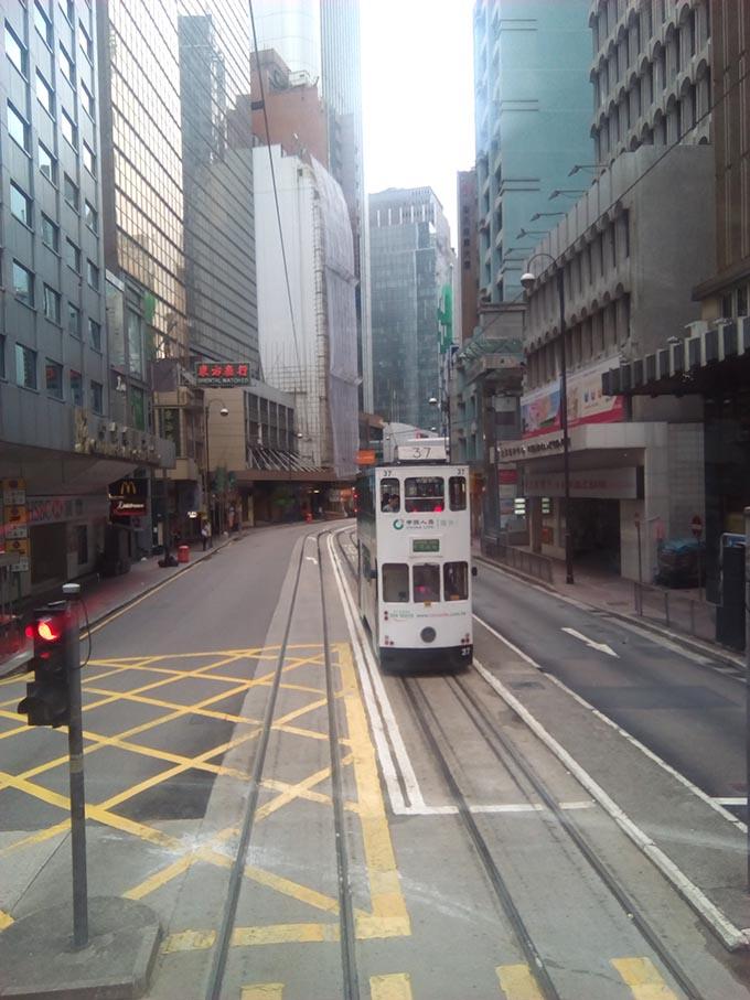 香港トラムに夫婦で乗車 路面