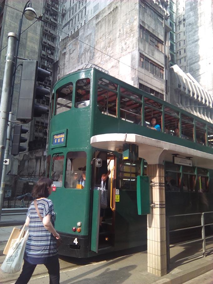 香港トラムに夫婦で乗車 外観