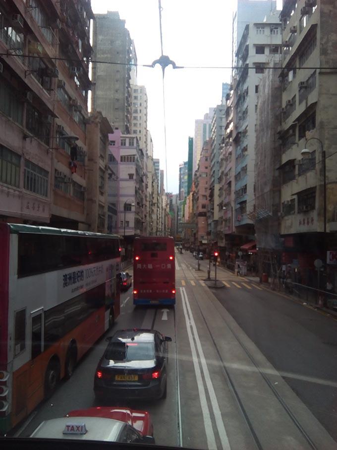 香港へ夫婦旅行 トラムからの景色道路